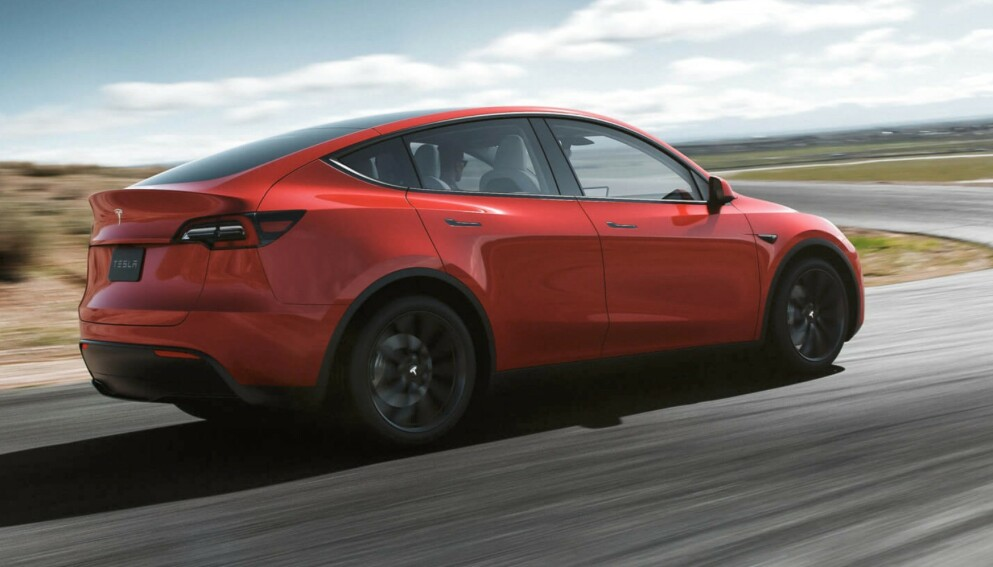 SUPERPOPULÆR: Tesla Model Y selger som varmt hvetebrød om dagen. Det kommer den garantert til å gjøre også videre, etter at det blir innført moms på dyrere elbiler. Foto: Tesla