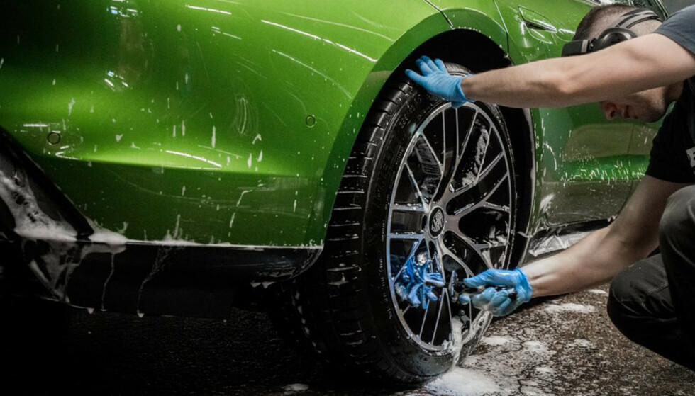 DETALJER: Riktig metode og godt verktøy gjør at bilen skinner litt ekstra. Fot: Car Spa AS
