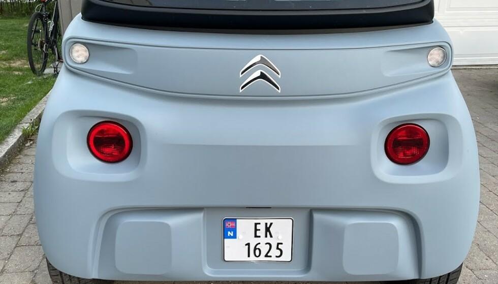 LIK: Bytt ut de røde baklysene med hvite og fjern bilskiltet, så er bakstussen identisk med fronten. Foto: Bjørn Eirik Loftås