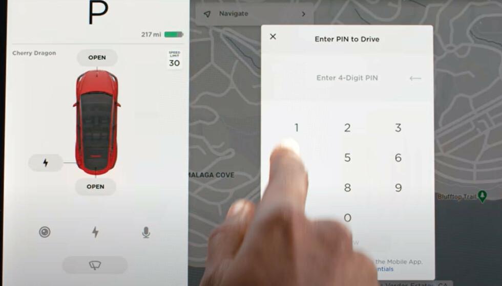 KODE: Hvis biltyvene i tillegg må taste en kode for å starte bilen, blir det mye vanskeligere å stjele den. Skjermdump Youtube/Tesla