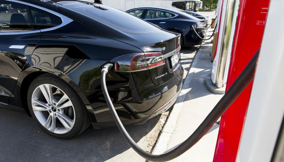 Å fjerne fordelene for elbiler er å gamble med målet om å nå målet om at det bare skal selges biler uten utslipp i 2025, mener Venstres Ola Elvestuen. Foto: Tore Meek / NTB