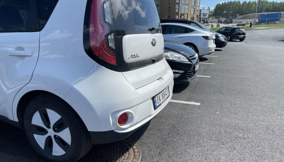 TRANGERE: Stadig bredere biler skaper ofte utfordringer på trange parkeringsplasser. Selv en liten mellomklassebil som Kia Soul er ni centimeter bredere enn Volvo 240 - som på sin tid ble regnet som en stor og ruvende bil. Foto: Bjørn Eirik Loftås