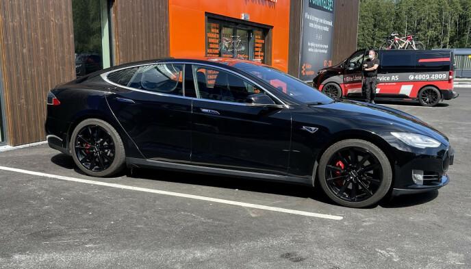 FEM METER: En Tesla Model S opptar hele lengden til en parkeringsplass som er utformet etter dagens anbefalinger. Foto: Bjørn Eirik Loftås