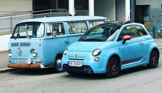 INGEN STORBIL LENGER: En folkevognsbuss fra 70-tallet står parkert ved siden av en nyere Fiat 500. Forskjellen i de ytre målene mellom gårsdagens storbil og dagens småbil, er ikke veldig stor. Foto: Rune Nesheim