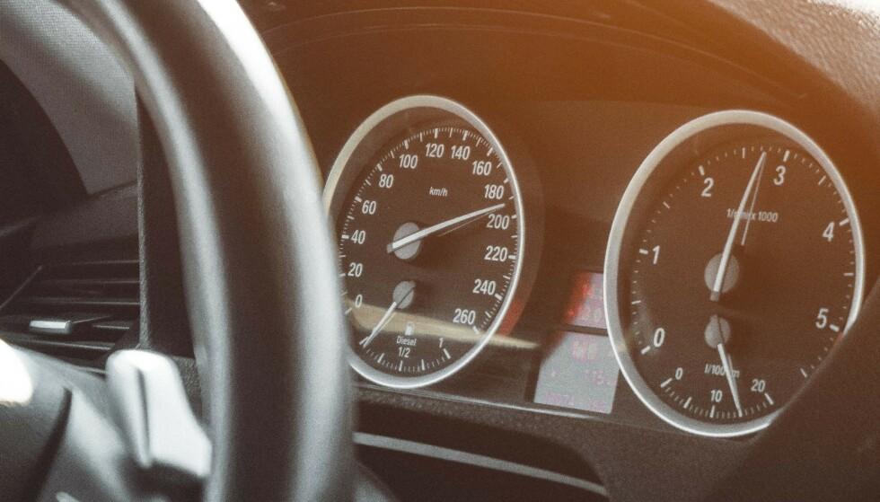 MENN VERST: Hele 7 av 10 menn synes det er greit å bryte fartstgrensen, ifølge ny undersøkelse. Foto: Hassan Ouajbir / Pexels