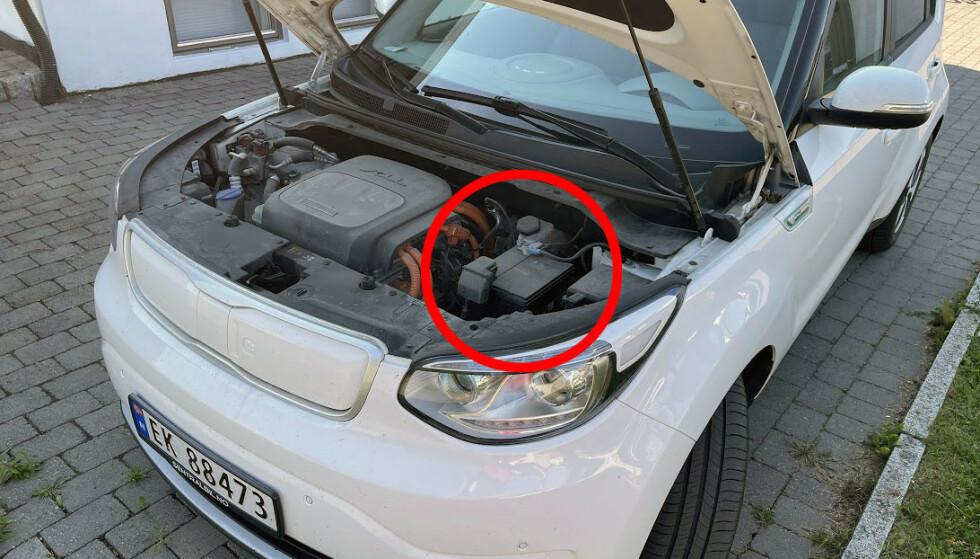 12V BATTERI: Også elbiler har et vanlig 12-volt batteri - som er helt essensielt for mange av bilens funksjoner. Foto: Bjørn Eirik Loftås