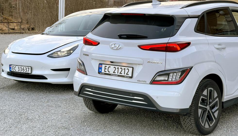 TO AV DE BESTE: Tesla Model 3 SR Plus og Hyundai Kona Premium Long Range fås begge til godt under 400.000 kroner nå - men konkurransen er hard. Foto: Bjørn Eirik Loftås