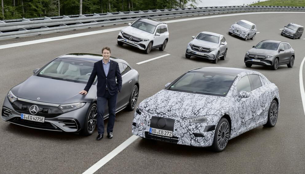 GÅR ALL IN: Allerede fra 2025 blir det kun lansert helelektrisk arkitektur fra Mercedes-Benz. Her poserer Mercedes-sjef Ola Källenius blant eksisterende og nye elbiler fra selskapet. Foto: Mercedes-Benz