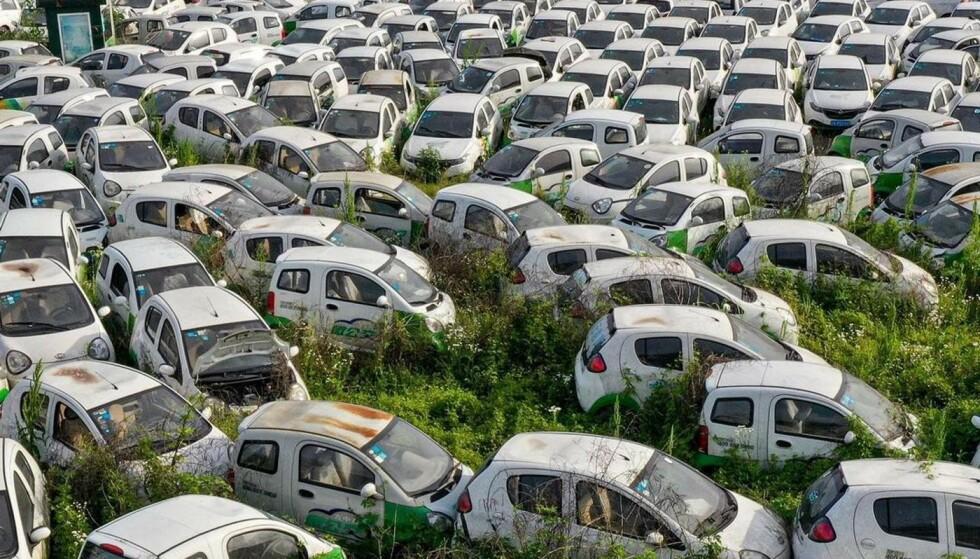 Opphopningen av elbiler skyldes ikke feil på batteriene, men at et kinesisk bildelingsselskap gikk konkurs. Flere av bilene er fortsatt i kjørbar stand. SKJERMDUMP: @greg_abandoned (Instagram)