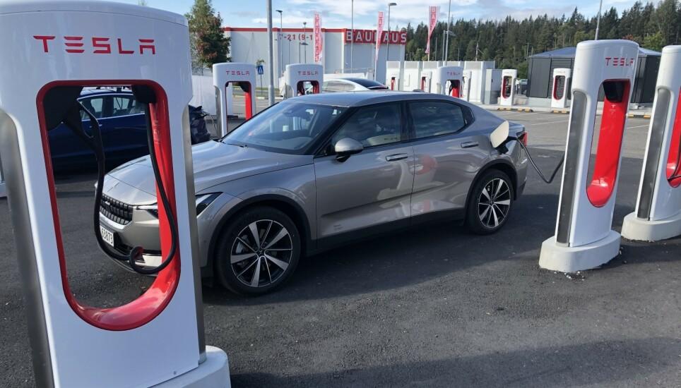 SNART VIRKELIGHET: Allerede denne høsten kommer det sannsynligvis til å bli mulig for andre bilmerker å lade på Teslas Superchargere. Foto: Andreas Carlsen