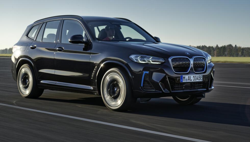 FACELIFT: BMW iX3 er endret både utvendig og innvendig. Foto: BMW