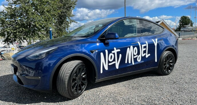 HUMOR: Til tross for teksten, her er den - Tesla Model Y. Foto: Bjørn Eirik Loftås