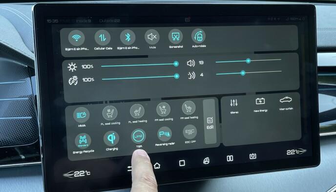 ENKELT: Det meste av funksjoner styres via den store skjermen. Foto: Bjørn Eirik Loftås