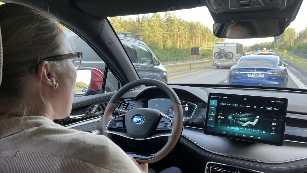 KØ AV BILTURISTER: Svært mange dro på ferie med bil denne sommeren, og mange har også opplevd å stå i kø mange steder. Foto: Bjørn Eirik Loftås
