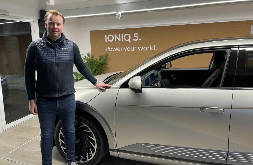 DOBLER INTERVALLET: Øyvind Knudsen og Hyundai Norge bekrefter at de øker service-intervallet på Ioniq 5. Foto: Bjørn Eirik Loftås