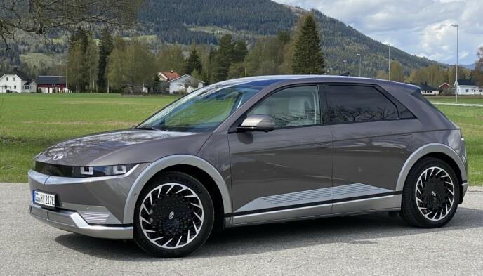 RETRO-SUV: Med en design som har hentet inspirasjon fra kompakte hatchbacks fra langt tilbake, er det lett å tro at Ioniq 5 er en liten bil. Men i virkeligheten er det en stor og romslig bil med akselavstand på hele tre meter. Foto: Fred Magne Skillebæk