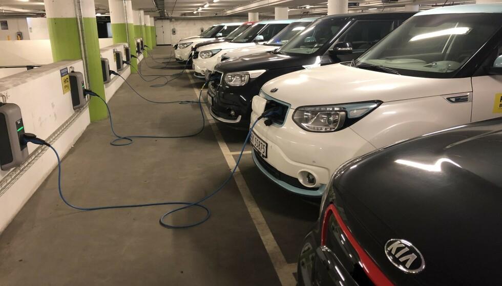 UTRYGT? Enkelte frykter for konsekvensene ved elbilbranner i parkeringshus. Bildet viser en rekke elbiler som står til lading i en parkeringsgarasje i Oslo. Foto: Bjørn Eirik Loftås
