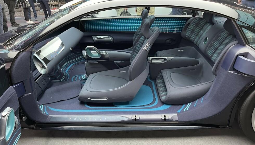 GOD PLASS: For- og bakdørene slår ut i hver sin retning på konseptbilen, og på innsiden materialiserer det seg god plass til fire personer. Foto: Bjørn Eirik Loftås