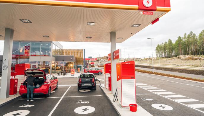 EN AV FÅ: Denne Circle K-ladestasjonen er organisert som på en vanlig bensinstasjon, der bilene blant annet står under tak. Foreløpig er dette en av få stasjoner som er organisert på denne måten. Foto: Terje Borud/Circle K