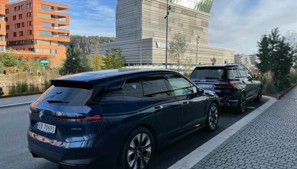 STORFINT BESØK: Den første BMW iX har fått norske skilter, og er på filmoppdrag i hovedstaden, tett ledet av en BMW X7. Foto: Jan Thoresen