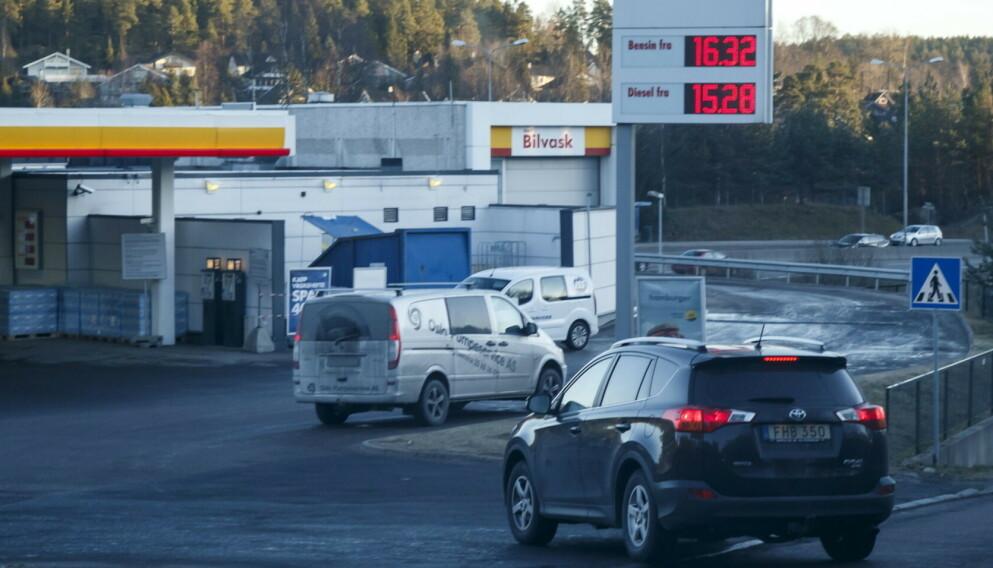 DYRT: Det er allerede dyrt med diesel og bensin, men det ligger an til å bli ganske mye dyrere innen få år. Foto: Heiko Junge/NTB