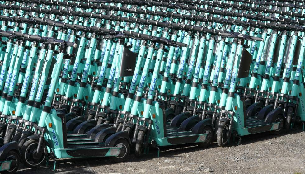 PARKERT: Hundrevis av sparkesykler fra selskapet Tier står parkert på et område på Økern. Foto: Terje Bendiksby / NTB