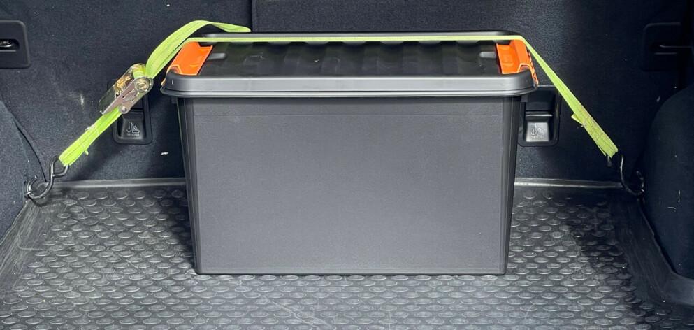 Plastbokser: Med en eller to plastbokser som er stroppet fast blir det både orden i bagasjerommet og sikker kjøring. Foto: Øivind Lie-Jacobsen