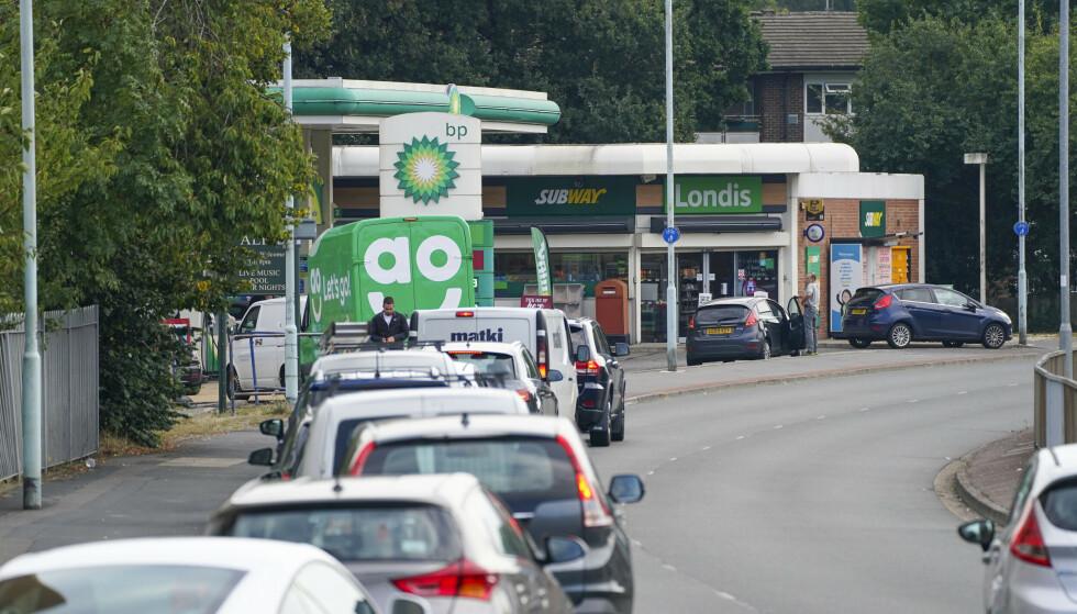 Denne bensinstasjonen i Berkshire er én av utallige bensinstasjoner med timelange køer i Storbritannia. Foto: Steve Parsons/PA via AP.