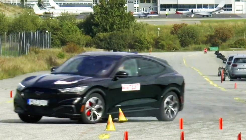 Her mister sjåføren kontrollen på Ford Mustang Mach-E i 72 km/t. Bilen besto dermed ikke testen. Foto: Teknikens Värld.