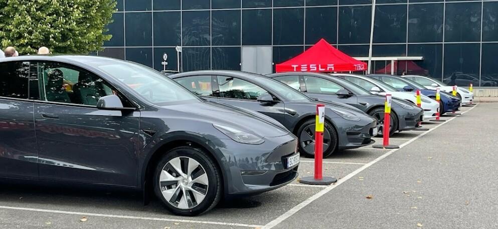 TESLA-FEBER: Hver tredje nybilregistrering i september var en Tesla. Nå oppbemanner selskapet kraftig i Norge. Foto: Bjørn Eirik Loftås