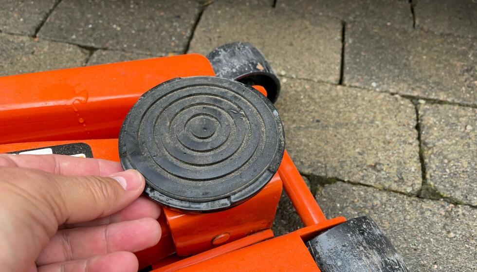 GUMMI: En god garsjejekk med gummiert overflate sørger for et mer skånsomt løft. Foto: Bjørn Eirik Loftås